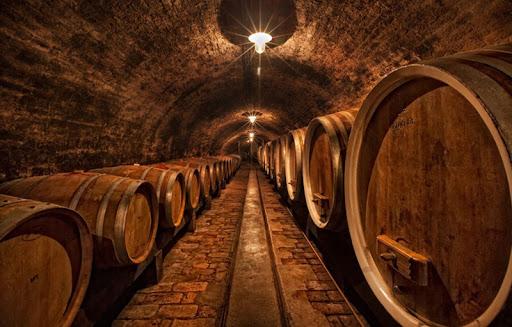 Gỗ sồi có thể là một yếu tố kết cấu hoặc hương vị trong sản xuất rượu vang, tùy thuộc vào việc thùng mới hay đã qua sử dụng