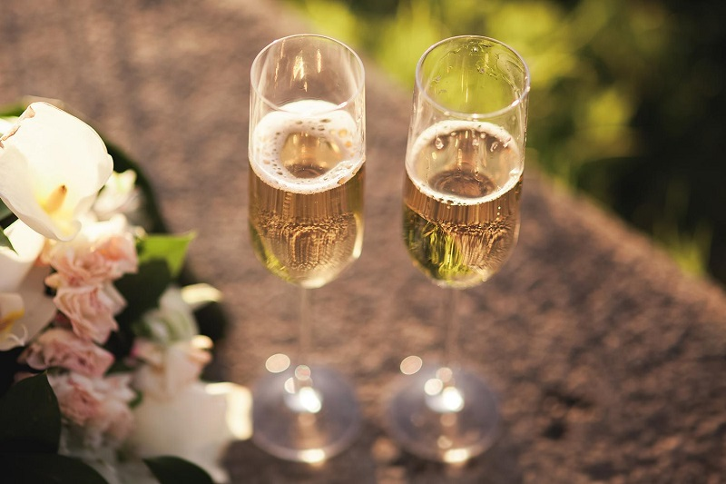 Prosecco có hương trái cây ngọt ngào của đào, lê, dưa lưới, táo xanh và kim ngân. Quá trình lên men phụ của rượu