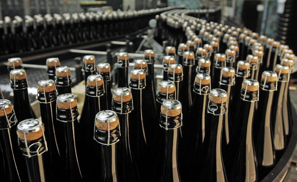 Chai được gắn nút chai và nút chai được nối xuống để đảm bảo áp suất bên trong cao của carbon dioxide trong rượu Champagne