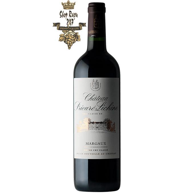 Rượu Vang Château Prieure Lichine Margaux Grand Cru Clase 2015 có màu hồng ngọc đậm tuyệt đẹp, có viền màu tím ở thành ly.
