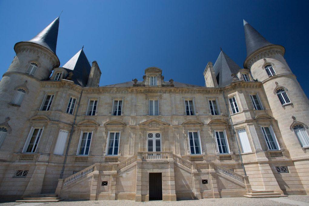 """Trong rượu vang Pháp, chắc hẳn bạn sẽ nhìn thấy nhiều cụm từ """"Grand Cru"""" và """"Grand Cru Classe"""" để chỉ ra những dòng vang cap cấp"""