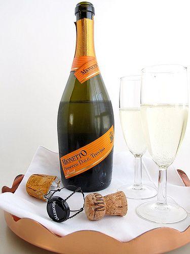 Giá cả và khả năng dự đoán. Prosecco đã trở nên phổ biến bởi vì nó dễ sản xuất hàng loạt và - theo cách riêng của nó - nó đã trở thành loại rượu