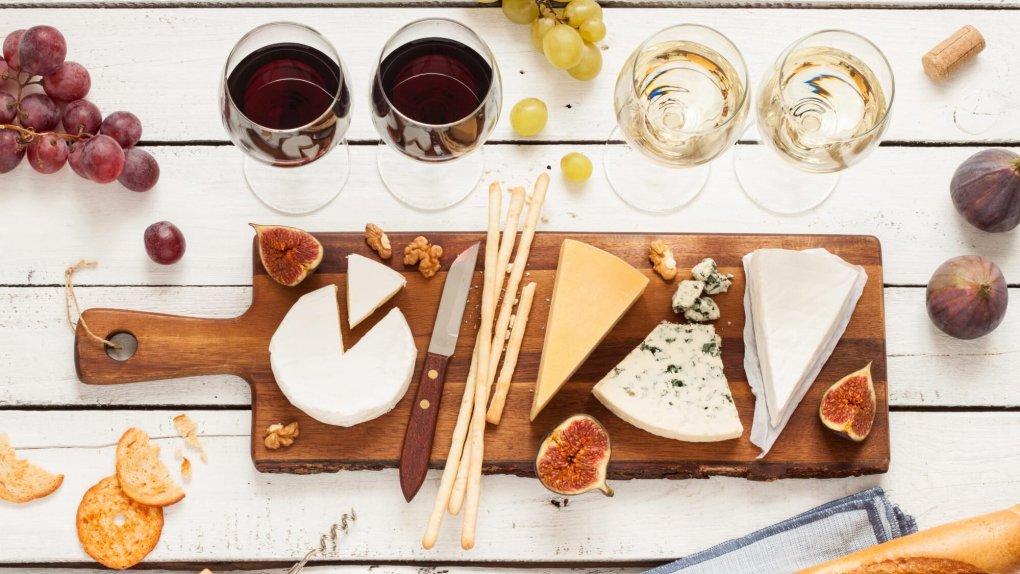Sắp đặt phô mai trên đĩa cheese board với các loại phô mai theo trình tự từ nhẹ, kem tinh tế cho đến phô mai cứng, đậm đặc