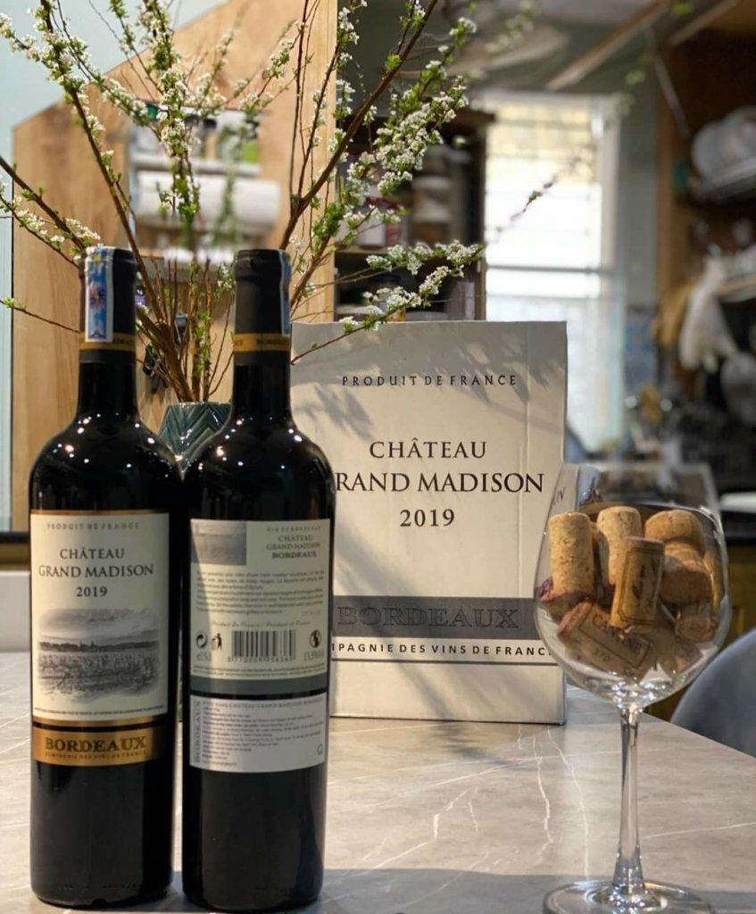 Rượu Vang Đỏ Pháp Chateau Grand Madison 2019 có màu hồng ngọc đậm. Hương thơm đa dạng, hài hòa của rượu được tràn ngập với gợi ý của anh đào