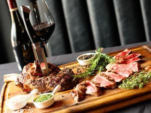 Khi nhắc đến rượu vang đỏ, chắc hẳn ai trong mỗi chúng ta đều nhắc đến một món ăn rất phổ biến là bít tết