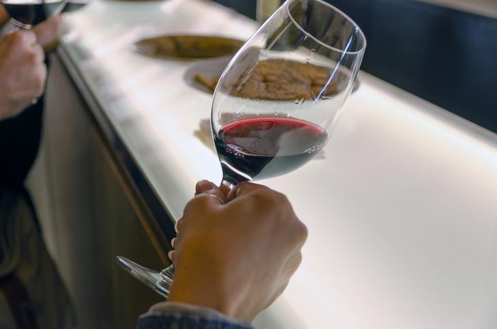 Rượu sẽ hỏng khi để quá lâu. Trong khi một số người cho rằng rượu vang mở để được trong nhiều tuần, hầu hết sẽ mất đi độ bóng