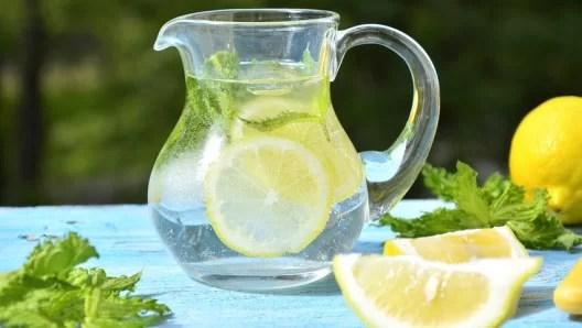 лимонная вода - помогает нашему организму
