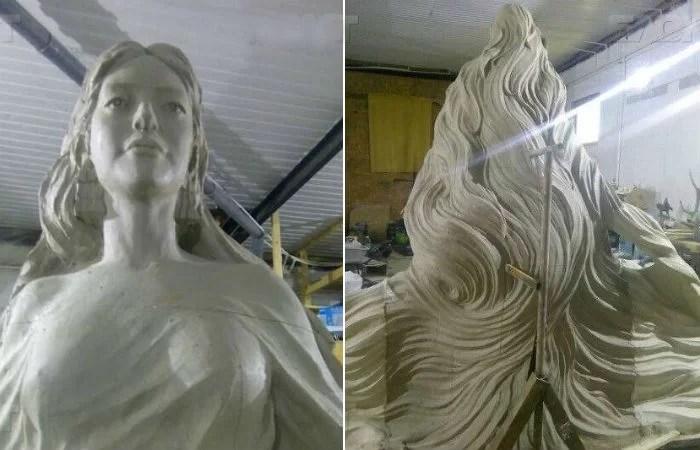 krasavica lena v masterskoj skulptora