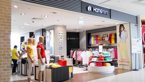 Hang Ten clothing store at VivoCity shopping center in Singapore.