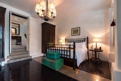 Guest room at Villa Samadhi Singapore hotel.