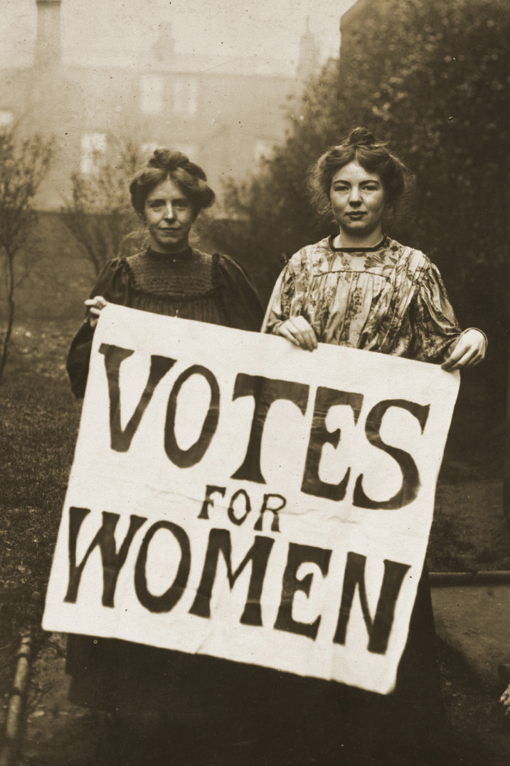 Annie Kenney (sinistra) e Christabel Pankhurst (destra) membri del WSPU (Women's Social and Political Union).  1° gennaio 1908