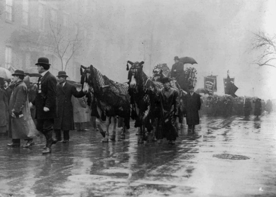 Uomini e cavalli in nero in processione in memoria delle vittime dell'incendio alla Triangle Shirtwaist Company