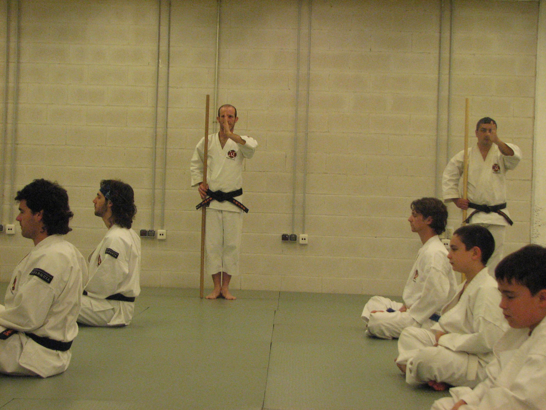 Los kenshi realizan zazen, poniendo énfasis en el control mental, postural y respiratorio