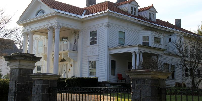 A Ghostly Stay Awaits You at Knox Mansion
