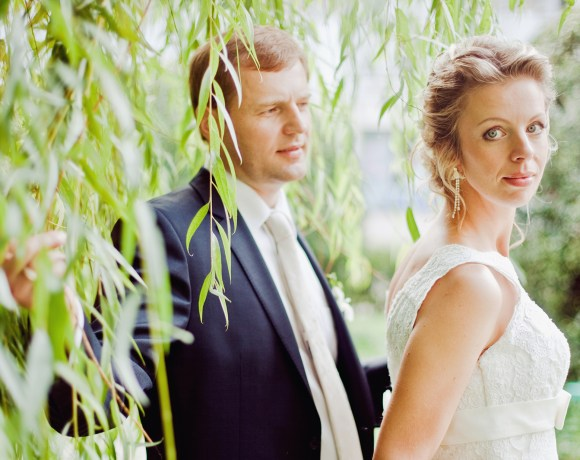 wedding couple in front of a tree