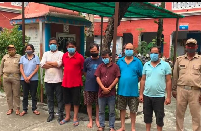 आस्था से खिलवाड़। गंगा घाटों पर हुड़दंग मचा रहे महिला सहित 8 पर्यटक गिरफ्तार, पुलिस ने की कार्यवाही