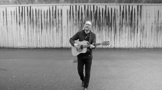 'Behind These Prison Walls': David Rovics Records New Music Video Outside The Prison Where Assange Is Being Kept