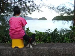 奄美大島のゲストハウス「昭和荘」スタッフが海を眺める