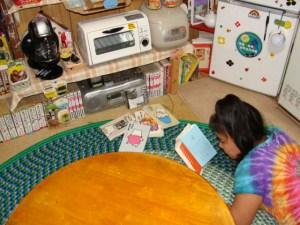 奄美大島のゲストハウス「昭和荘」談話室で読書