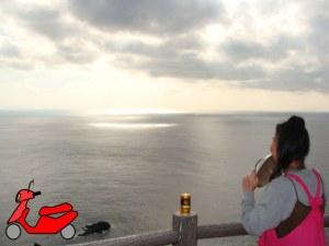 奄美大島・西古見展望台で海を眺めるゲストハウス昭和荘スタッフ