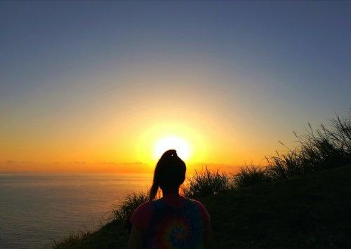 西古見で夕日を眺める昭和荘スタッフ