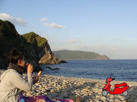 ホノホシ海岸で寛ぐ昭和荘スタッフ