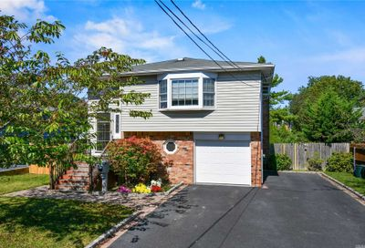 135 Maple Ct Copiague NY 11726