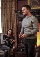 """Arrow -- """"Invasion!"""" -- Image AR508b_0025b.jpg -- Pictured (L-R): Willa Holland as Thea Queen and Stephen Amell as Oliver Queen -- Photo: Bettina Strauss/The CW -- © 2016 The CW Network, LLC. All Rights Reserved."""