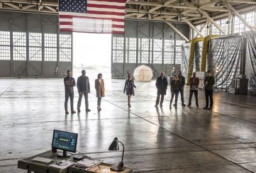 """The Flash -- """"Invasion!"""" -- Image FLA308b_0046b.jpg -- Pictured (L-R): Stephen Amell as Oliver Queen, David Ramsey as John Diggle, Willa Holland as Thea Queen, Emily Bett Rickards as Felicity Smoak, Victor Garber as Professor Martin Stein, Caity Lotz as Sara Lance/White Canary, Dominic Purcell as Mick Rory/Heat Wave, Franz Drameh as Jefferson """"Jax"""" Jackson and Brandon Routh as Ray Palmer/Atom -- Photo: Dean Buscher/The CW -- © 2016 The CW Network, LLC. All rights reserved."""