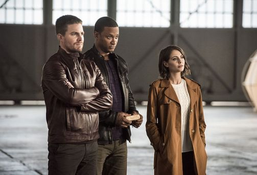 """The Flash -- """"Invasion!"""" -- Image FLA308b_0451b.jpg -- Pictured (L-R): Stephen Amell as Oliver Queen, David Ramsey as John Diggle and Willa Holland as Thea Queen -- Photo: Dean Buscher/The CW -- © 2016 The CW Network, LLC. All rights reserved."""