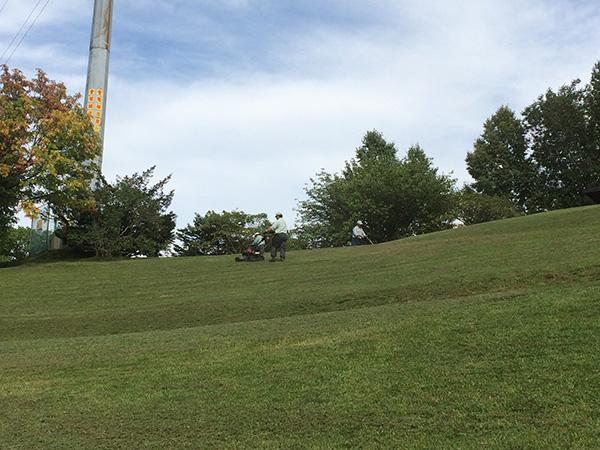 芝刈り作業中。広いので大変そうです。