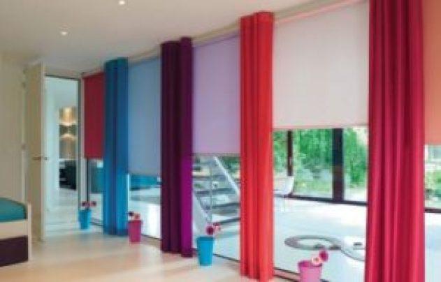Яркие шторы в комнате