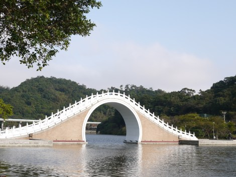 The view of the bridge at Dahu Park. Photo by ChinLin Pan.