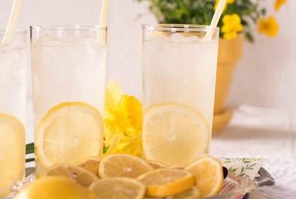2つの透明なコップに入ったレモン