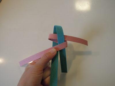 ②-4 縦紐の後ろ紐を左へすらす