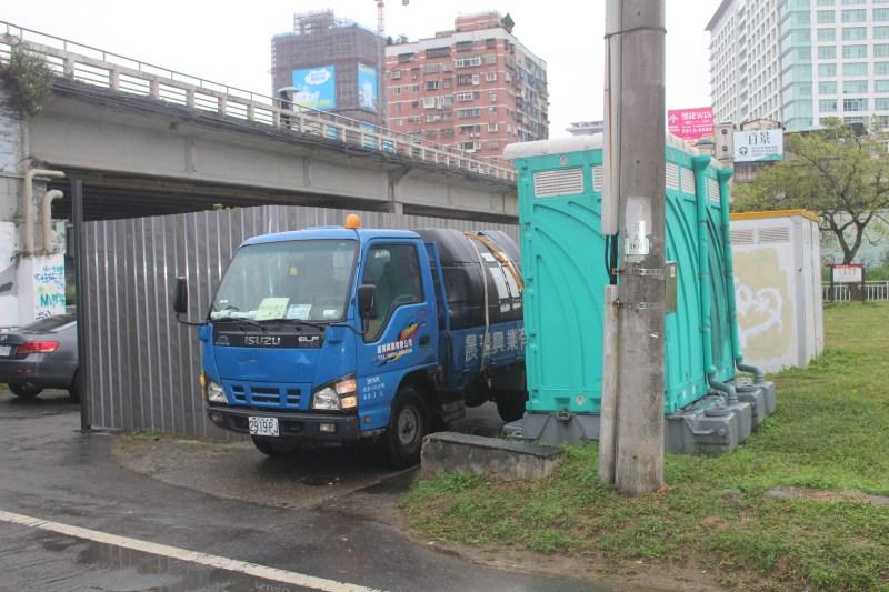 北新橋下部橋墩工程已經大致完成,工程車也準備撤離。攝影/林聖捷