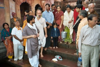 Shyamdas looks on next to Shri Milan Baba as the Yamunaji puja is prepared, with a group of Vaishnavas from Mumbai