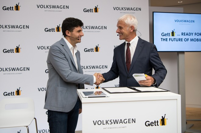Matthias Mueller, CEO of Volkswagen (at right), and Shahar Walser, founder of ride-hailing start-up Gett, in June 2016 in Berlin, after signing an agreement for Volkswagen to invest about $300 million in the company.