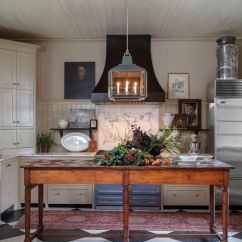 Modern Kitchen Rugs Counter Stools With Backs 地毯应该远离厨房吗 设计师将其公之于众 International News Rug Rationale建筑师马克 马雷斯卡 Mark Maresca 在urban Electric的现代吊灯下展开了传统的复古地毯 为他的查尔斯顿 Sc 厨房增添了一种新旧对比元素