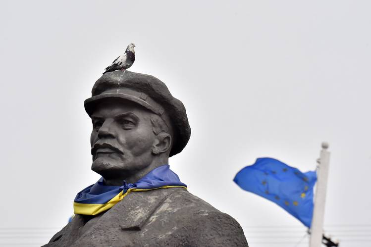 A Soviet-era statue of Lenin with a Ukrainian flag wrapped around its neck near the the eastern city of Slovyansk, in the Donetsk region, in March.