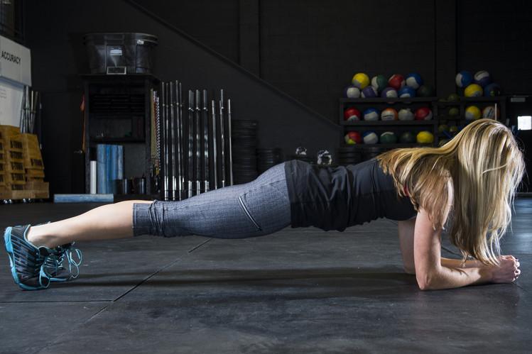 一部の専門家は、写真のような「プランクポーズ」の方が腹筋よりも多くの筋肉を使い、背中を痛める可能性も低いと指摘する
