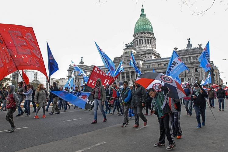 Miembros sindicales protestas contra el gobierno del presidente Macri en Buenos Aires el 2 de septiembre.