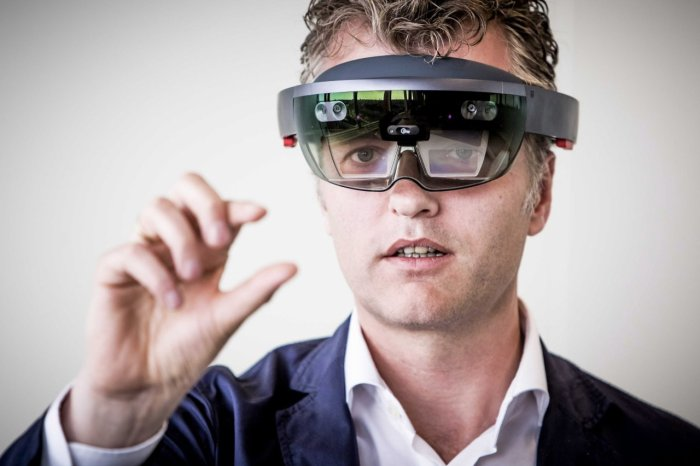 Ate van der Meer, director of Dutch company Snakeware, presented Microsoft's HoloLens gear in Amsterdam in June 2016. Snakeware will develop software for HoloLens, which is expected to ship in 2017.