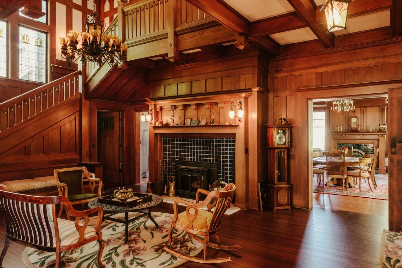 Gentil Tudor Revival Style Interior