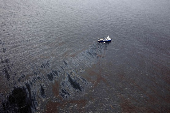 Oil Spills Into Gulf After Rig Disaster - WSJ