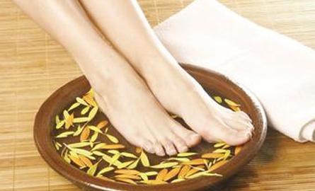 女孩每天用艾葉泡腳,半個月後,身體發生驚喜的改變! - 每日頭條