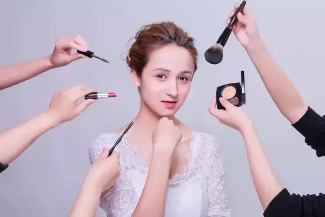 卸眼妝方法不對,小心長脂肪粒和細紋! - 每日頭條