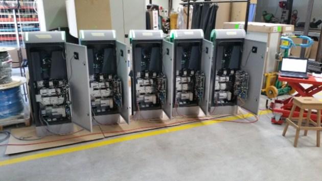 Tests en atelier des bornes de recharge, avant déploiement.