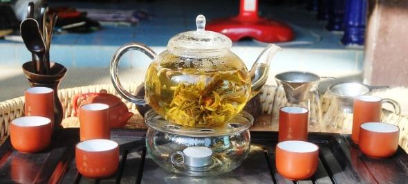 Wilde Teeblume aus Nordthailand zubereitet in Glas-Teekanne