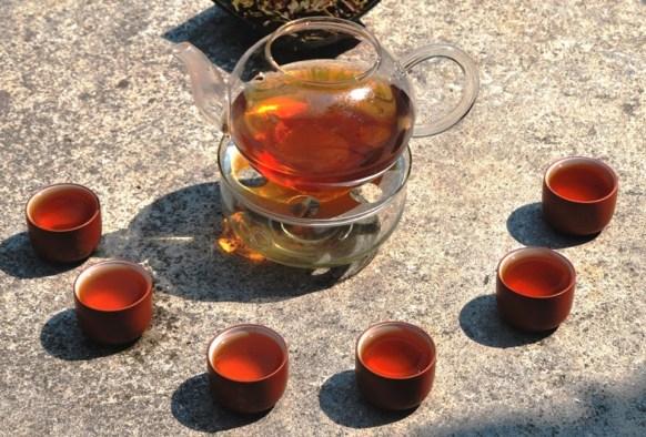 Thai-Teemischung mit tropischen Früchten als Heißgetränk